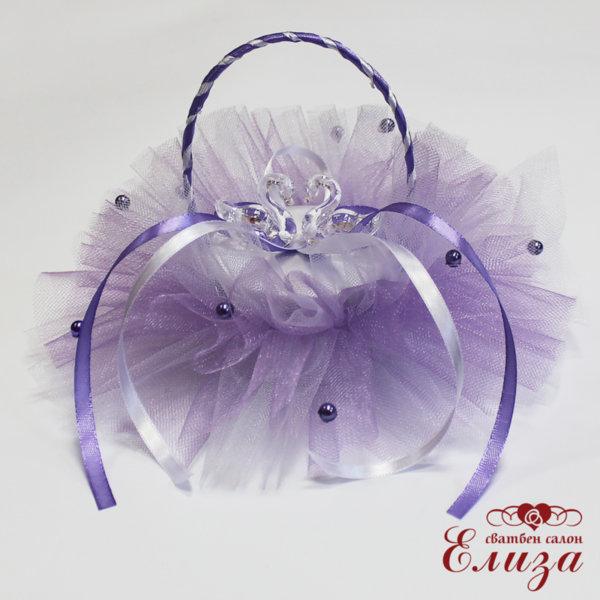 Сватбена кошничка за пръстени в бяло и лилаво с лебеди
